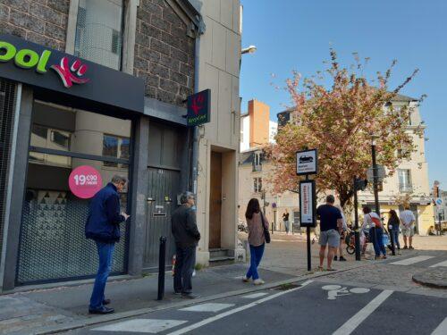Photographie d'une file de piétons dans une rue