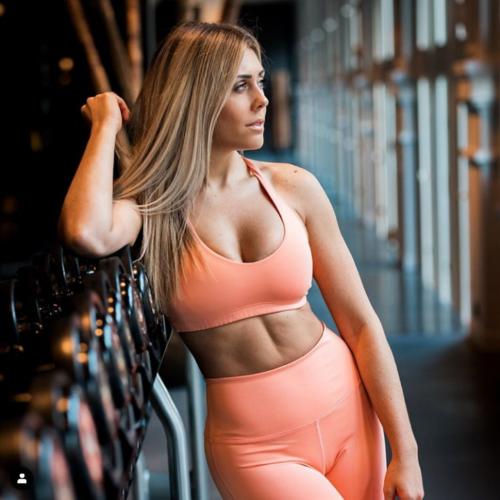 Photographie d'une femme jeune, portant de longs cheveux blonds, dans une tenue de sport (leggins et brassière)