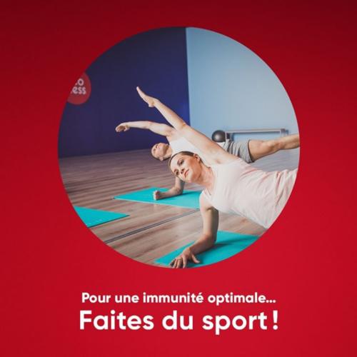 photographie montrant un homme et une femme faisant de la gymnastique et portant les mots : pour une immunité optimale.... faites du sport !